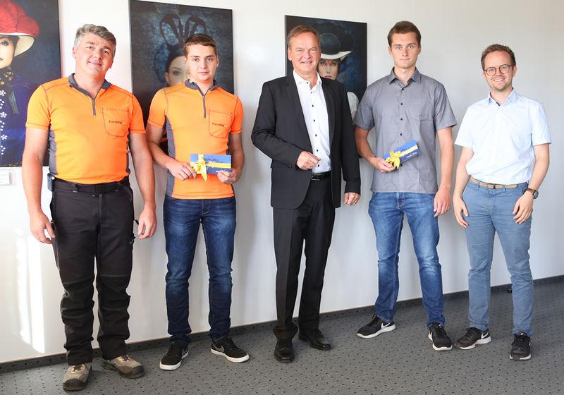 super cheap cute sleek Vermessungstechniker Markus Metz und Forstwirt Jannik Rösch ...