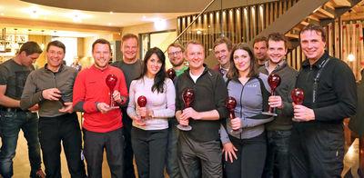 Landrat Frank Scherer (4. V. li.) überreichte den Gewinnern des diesjährigen Polit-Ski einen Glaspokal der Dorotheenhütte.
