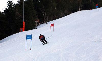Landrat Frank Scherer im Zielschuss der 500 Meter langen Riesenslalomstrecke am Skilift Seibelseckle.