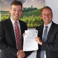 Dr. Nikolas Stoermer, Erster Landesbeamter des Ortenaukreises und Ringsheims Bürgermeister Pascal Weber freuen sich über das Inkrafttreten der neuen Schutzgebietsverordnung.