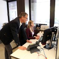Alle Anrufe sammeln sich im Büro von Rebecca Weber.