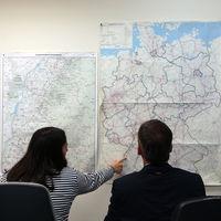 Auf einer Landkarte werden die Strecken der Schwertransportfahrten geplant.