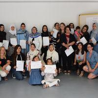 Am Ende der Veranstaltung bedankte sich Natascha Kaiser bei den interessierten Frauen mit einem Teilnahmerzertifikat und bei ihren engagierten Kolleginnen mit einer Rose.