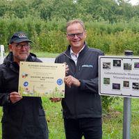Verkehrsminister Winfried Hermann und Landrat Frank Scherer bei der Überreichung der »Goldenen Wildbiene« am Rastplatz Kugeleck