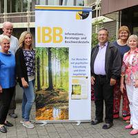 An fünf Außenstellen haben die Ehrenamtlichen ein offenes Ohr  für Betroffene und Angehörige. Koordiniert werden die IBB-Stellen von Stefanie Wutzke, Dezernat für Bildung, Jugend, Soziales und Arbeitsförderung (3. von links).